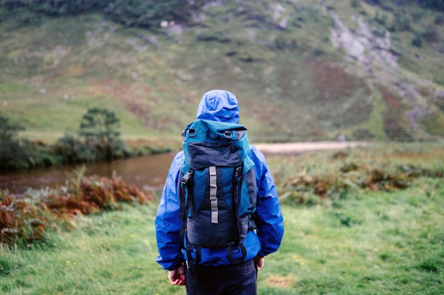 Glen etive、スコットランドを歩くソロハイカー