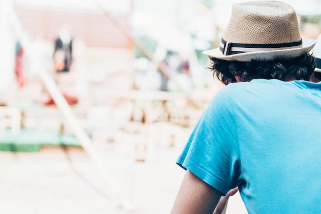 ソロトラベラー体験。重要な人生の教訓。一人旅の現代の若い男の肖像画。夏の休日の時間