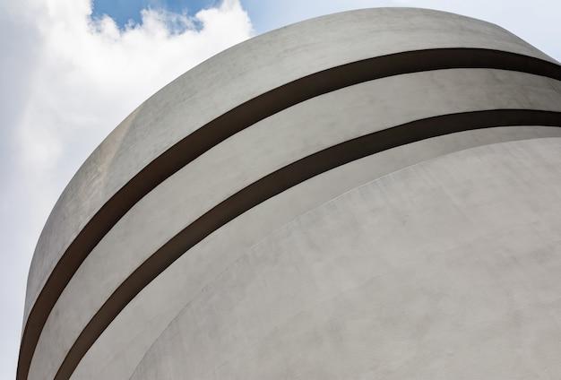 ソロモンr.グッゲンハイム美術館は、印象派、ポスト印象派、近世および現代美術の絶えず拡大するコレクションの永久的な家です。