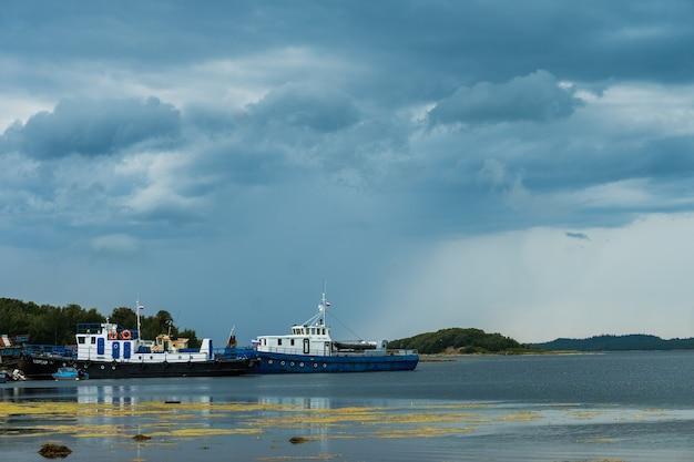 Соловки, республика карелия, россия - 14 августа 2019 г .: корабли в белом море у берега соловецких островов.
