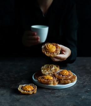 ソルテリタスまたはフローレスデカーニバルコンクレマ、クリームとクリスマスとイースターのコロンビアクッキー