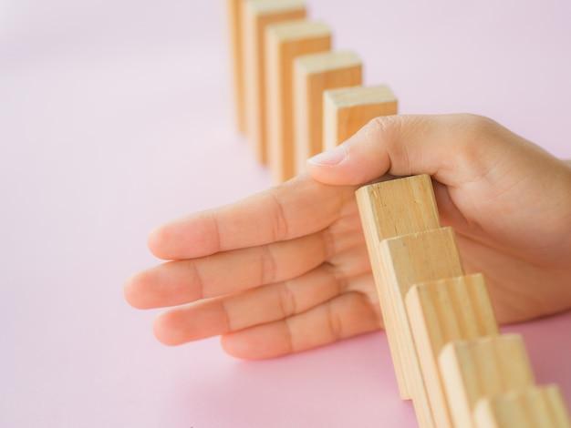 ドミノのラインに落ちるから木ブロックを止める手のソリューションのコンセプト