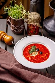 さまざまな肉製品からのソリャンカスープ