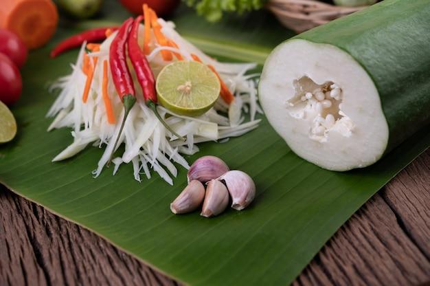 Som tam thai - стиль еды салата папапайи ингридиентов тайский на деревянном столе. концепция тайской кухни.