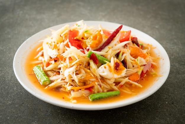 Som tum - 짠 계란을 곁들인 태국 매운 그린 파파야 샐러드 - 아시아 음식 스타일