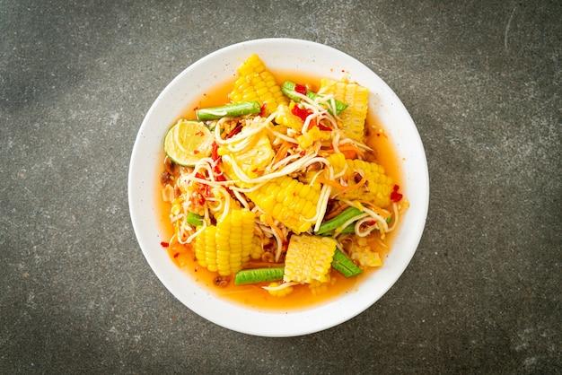 ソムタム-トウモロコシとタイのスパイシーなパパイヤサラダ-アジア料理のスタイル