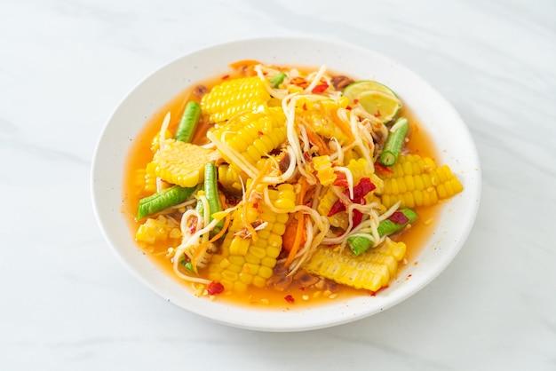 ソムタム-タイのスパイシーなパパイヤサラダとコーン-アジア料理のスタイル