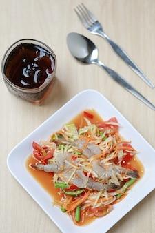 Som tum、タイ料理、パパイヤサラダ、スパイシーな味の新鮮なエビとタイで人気があります