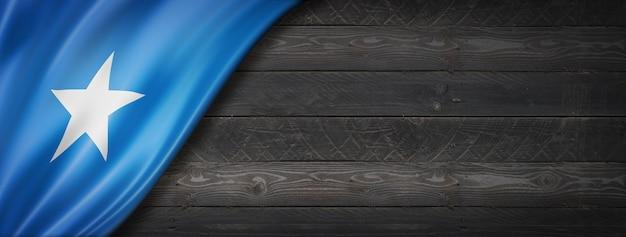 검은 나무 벽에 소말리아 플래그입니다. 파노라마.