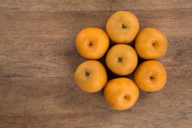 나무 표면에 일부 아시아 배입니다. 신선한 과일