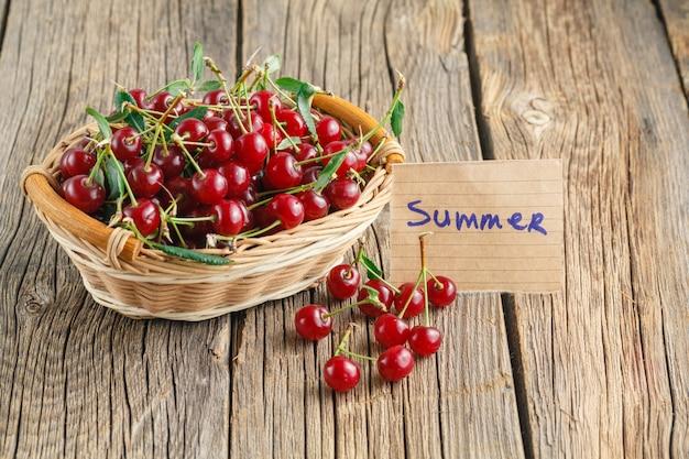 바구니에 아름다운 달콤한 체리 과일