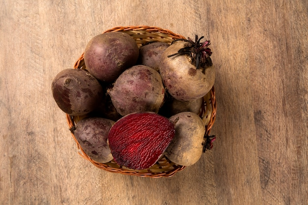 かごの中のいくつかのビート。新鮮な野菜。