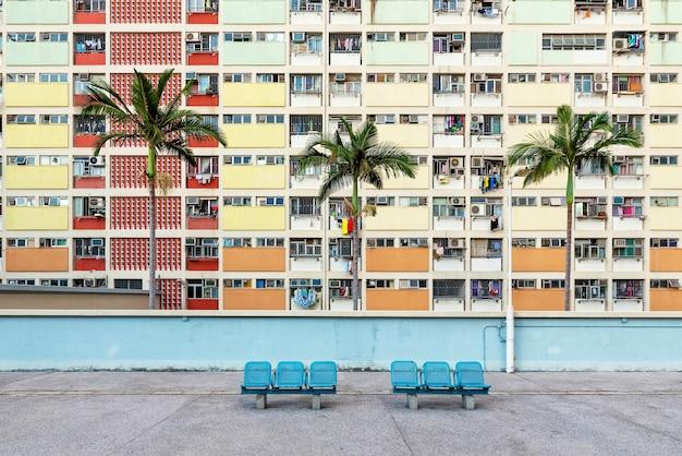 Некоторые скамейки перед красочным фасадом в гонконге