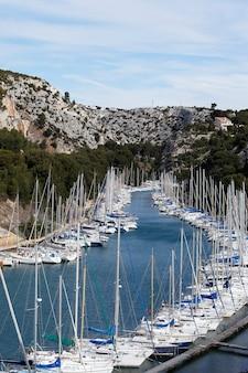 港のいくつかのボート、空中写真