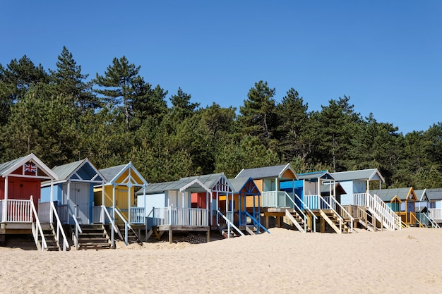 ウェルズネクストザシーノーフォークのいくつかの鮮やかな色のビーチ小屋