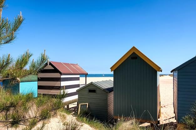 ウェルズネクストザシーのいくつかの鮮やかな色のビーチ小屋