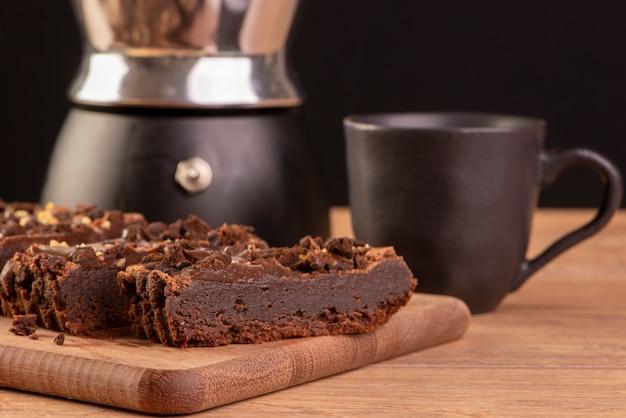 木のブラウニースライス、コーヒーメーカー、コーヒー1杯。