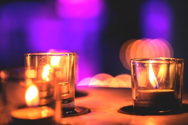 편안한 시간을 위해 스파 존에 줄지어 있는 몇 개의 촛불. 늦은 밤이다.
