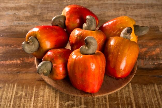 나무 표면에 일부 캐슈 과일.