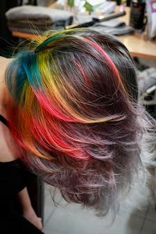 頭を下に向けると、層の内側に隠れている色付きの髪が現れることがあります