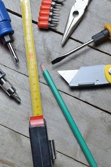 일부 집 수리 도구는 나무 배경에 놓여 있습니다. 확대.