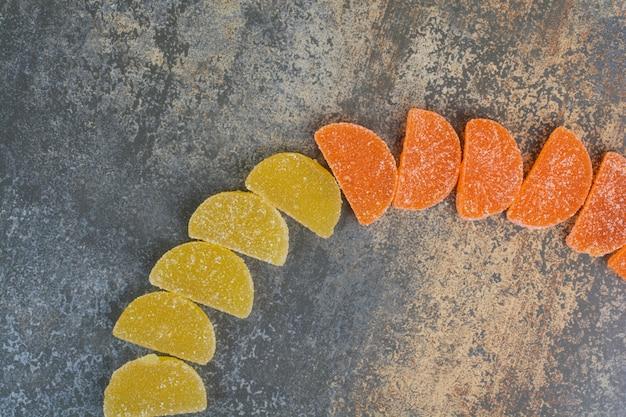 Alcune caramelle di marmellata su sfondo di marmo. foto di alta qualità