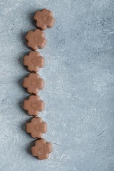 검은 색 초콜릿 사탕 중 일부.
