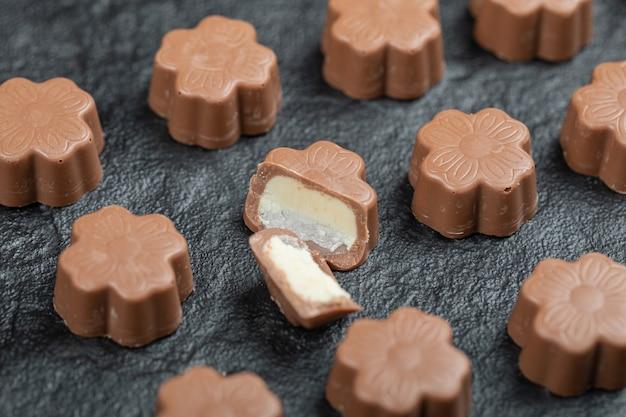 Некоторые шоколадные конфеты на черном.