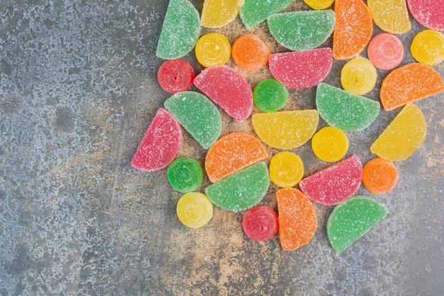 대리석 배경에 마멀레이드 사탕의 일부입니다. 고품질 사진
