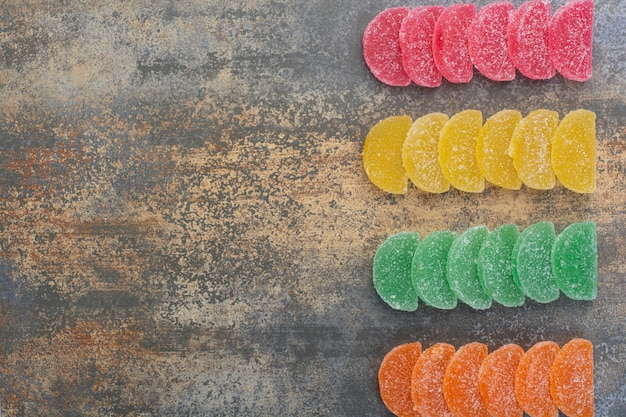 Некоторые из мармеладных конфет на мраморном фоне. фото высокого качества