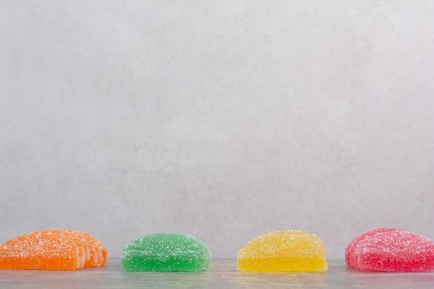 흰색 배경에 마멀레이드 사탕의 일부입니다. 고품질 사진