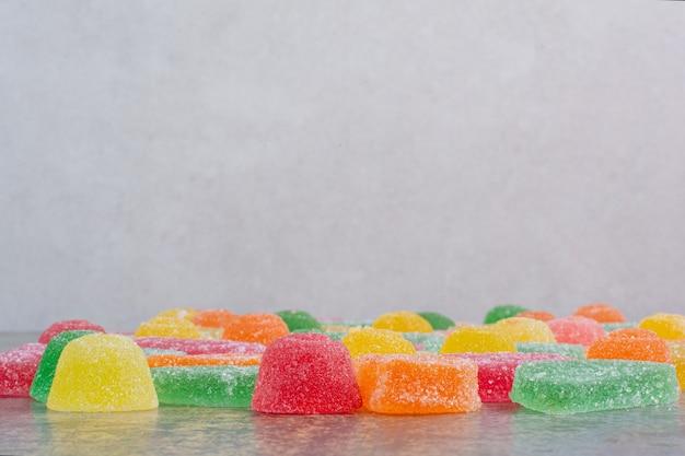 白い背景の上のマーマレードキャンディーの一部。高品質の写真