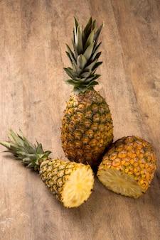 木製のテーブルの上にいくつかのパイナップル。新鮮な果物。