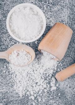ボウルとスプーンの麺棒と海の塩