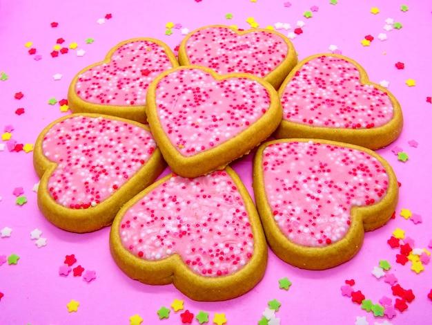 ハートの形、愛の概念を持ついくつかの甘いクッキー