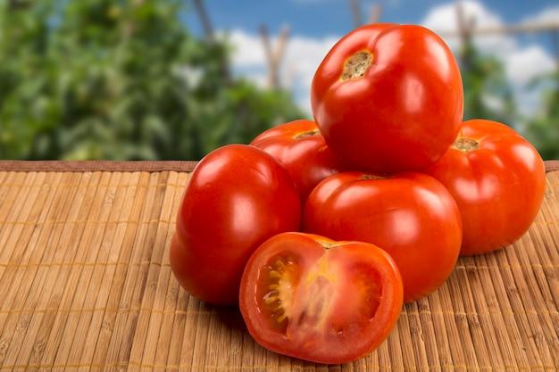 나무 테이블 위에 일부 토마토입니다. 신선한 야채.