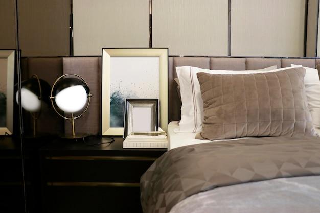 침실의 베이지 톤과 잘 어울리는 침대 위의 흰색과 갈색 벨벳 베개 일부
