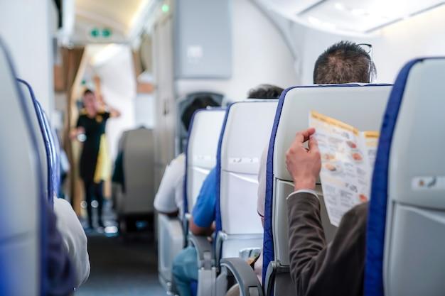 Кто-то читал меню в самолете, готовый заказ на воздушную хозяйку