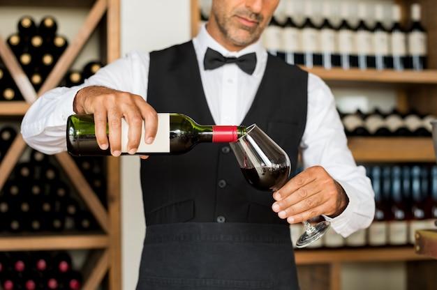 Сомелье наливает вино