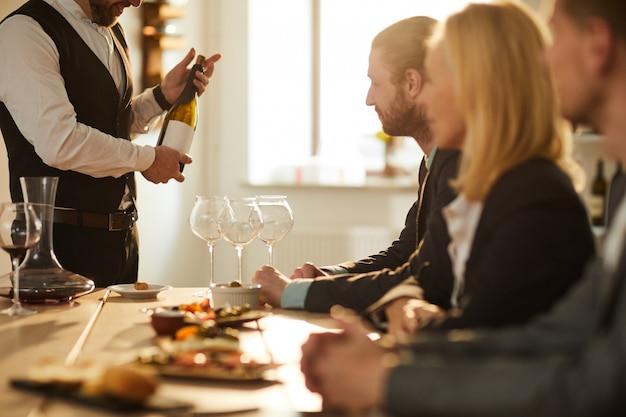 Сомелье представляет вино