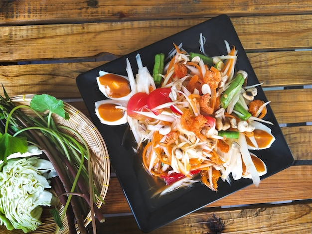 Традиционная тайская кухня, салат из папайи с соленым яйцом, somtum thai)