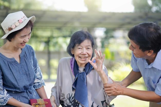 Сын и невестка делают подарок пожилой матери