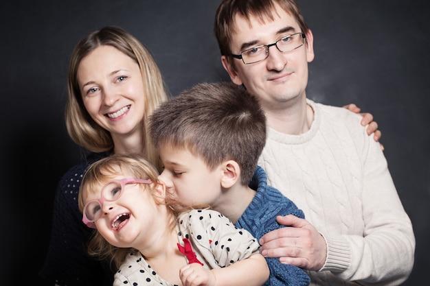 Сын и дочь на руках родителей
