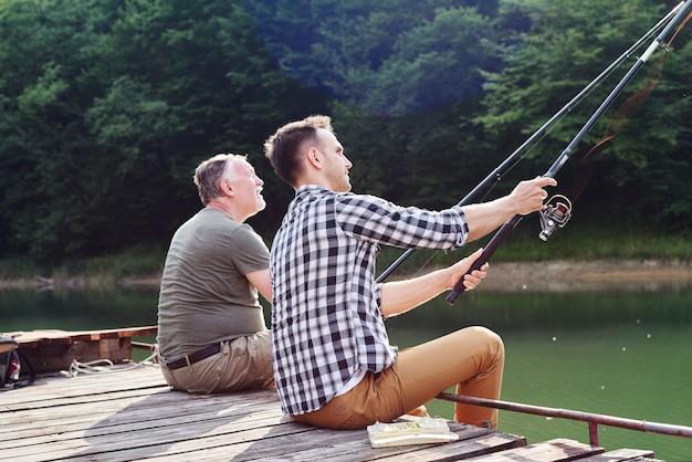 息子と父が魚を捕まえる