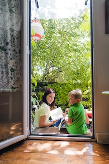 戸口に息子と母が姿を現す