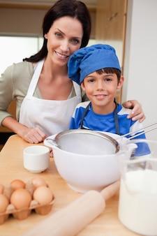 아들과 어머니 케이크 준비
