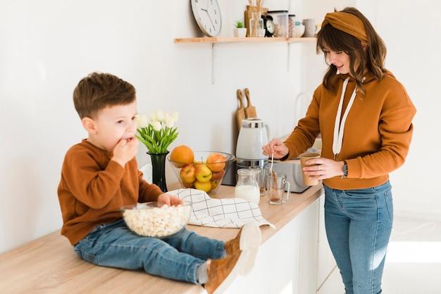 Сын помогает маме на кухне