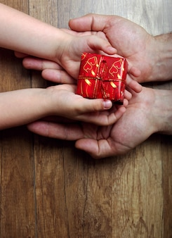 息子はお父さんに贈り物をします。父の日。コピースペース