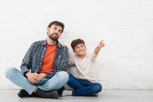 父親が何かを見せている息子