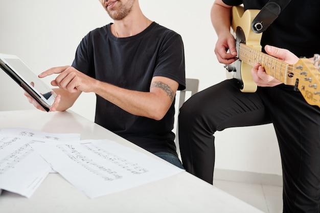 Автор песен и композитор работает